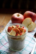 fresh-cut-apples-with-yogurt-and-oats