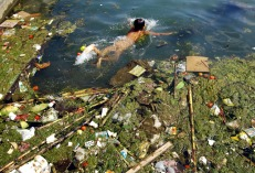 A child swims in a polluted reservoir in Pingba, southwest China's Guizhou province September 2, 2006. More than a third of China's national nature reserves are sacrificing the environment for profit, a state environmental official said on Friday, Xinhua News Agency reported. Picture taken September 2, 2006. CHINA OUT REUTERS/China Daily (CHINA) Also see: GF2DWJUVRQAA - RTR1GXZR